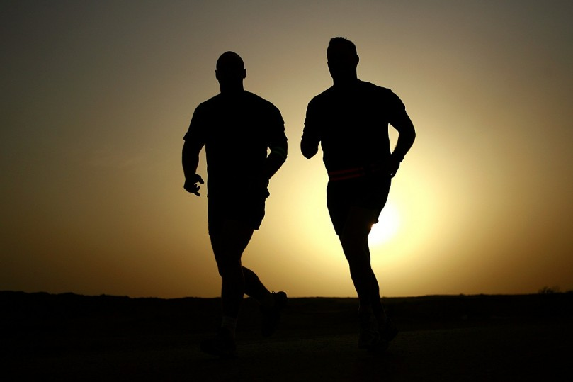 biegający mężczyźni