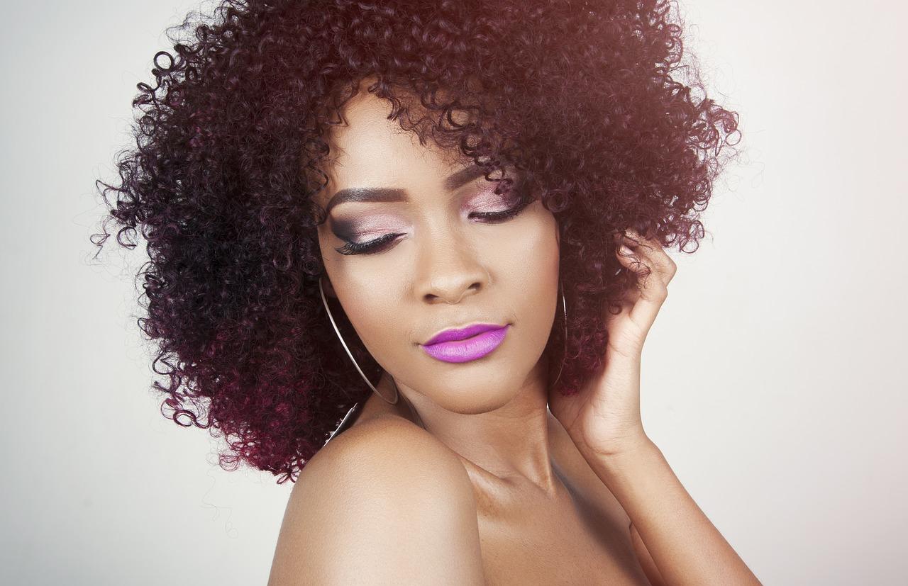 Pielęgnacja włosów kręconych – sposoby, polecane kosmetyki!
